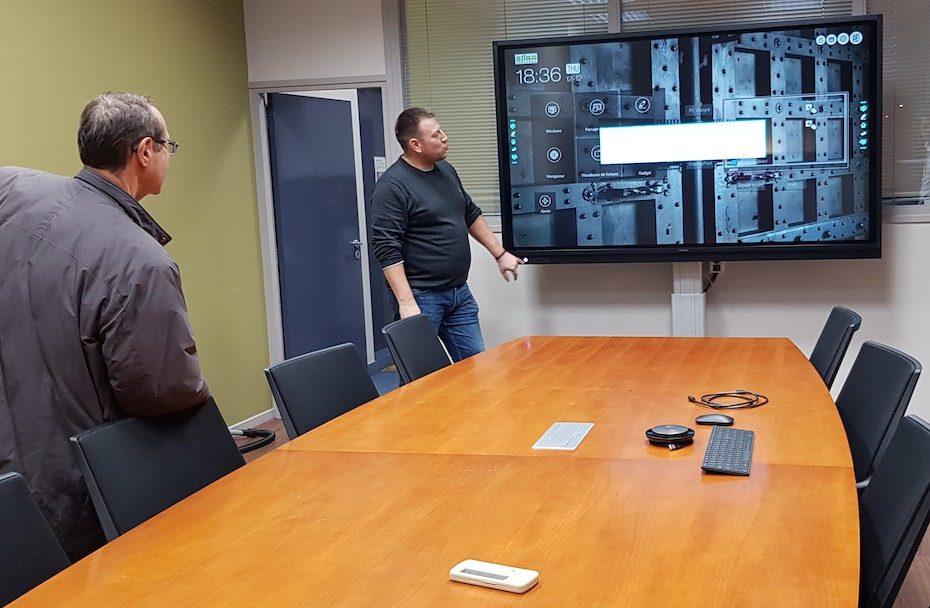 Ecran tactile interactif pour une salle de réunion interactive